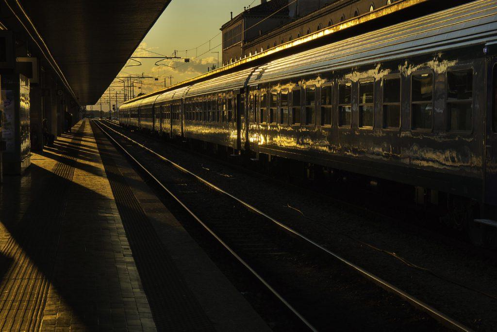 Train au coucher de soleil